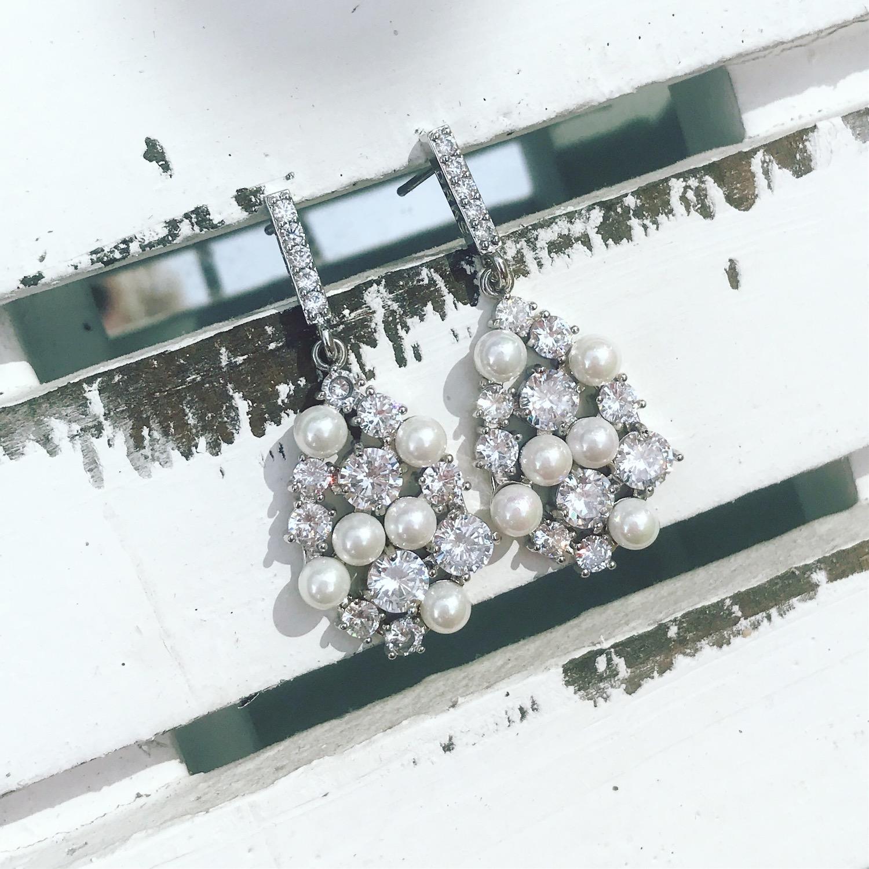 Bruidsoorbellen met parels in het zilver op een tafel
