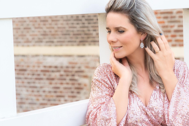Vrouw draagt mooie bruids oorbellen samen met tiara