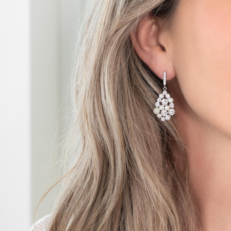 mooie parel oorbellen voor de bruid in het oor bij blonde haren
