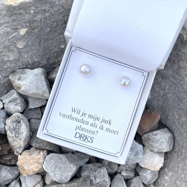 Mooie parel oorbellen in een sieradendoosje met tekst