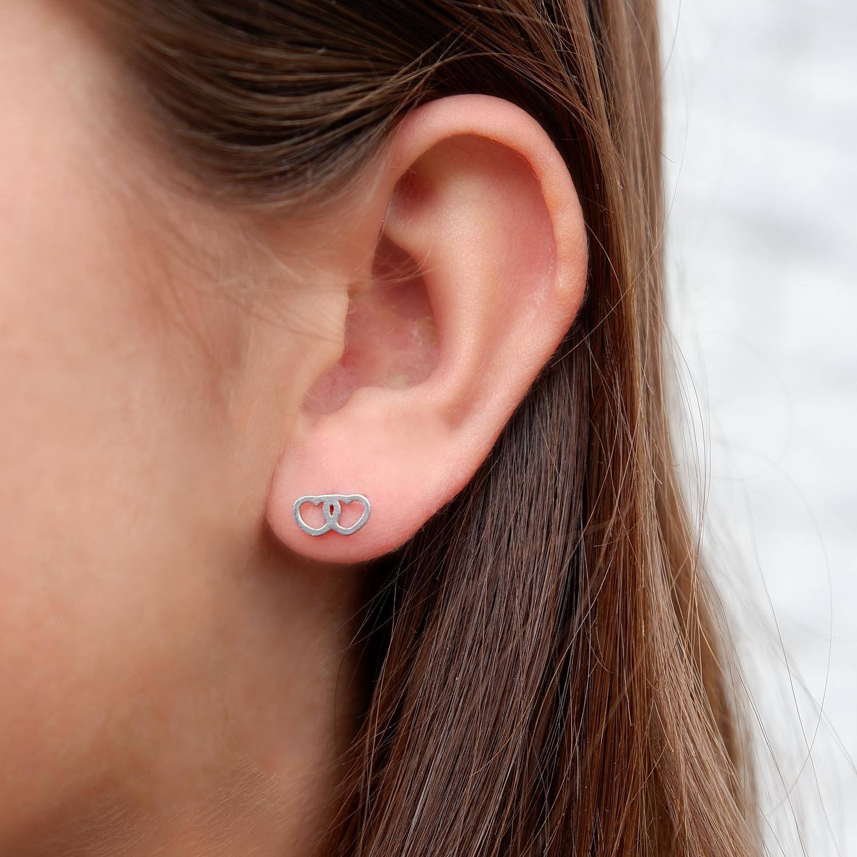 Mooie zilveren oorbellen van stainless steel in het oor