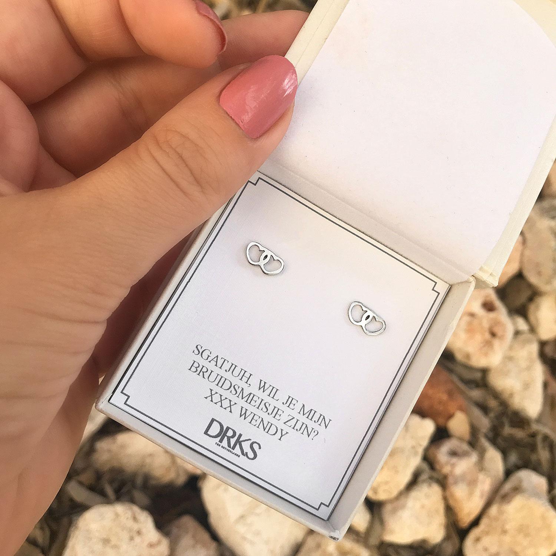 Zilveren oorbellen met hartje in een sieradendoosje met tekst