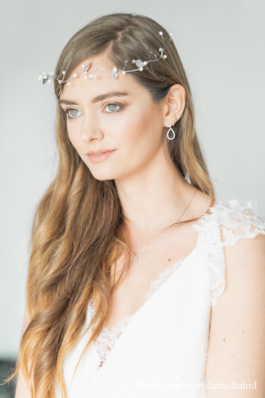 Bruid draagt sterling zilveren oorbellen voor een complete look