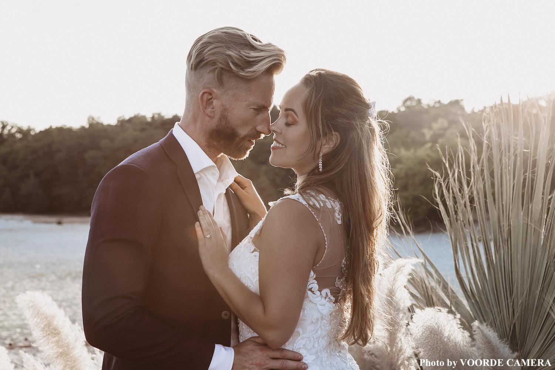 lange bruidsoorbellen bij bruid in de kleur zilver
