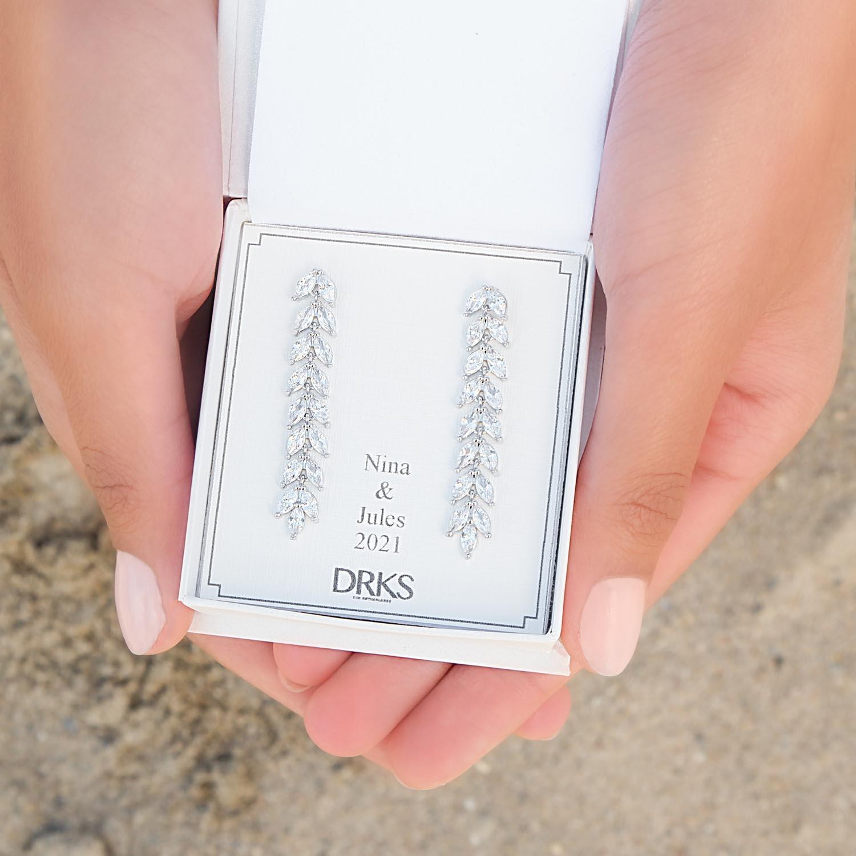 Trendy bruids oorbellen in een sieradendoosje met persoonlijke tekst