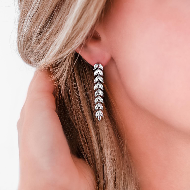 Hanger oorbellen voor de bruid in het oor bij blonde haren