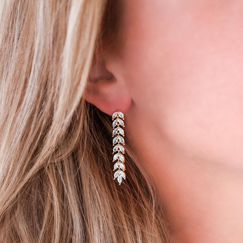 Mooie oorbellen bij een bruid met blonde haren