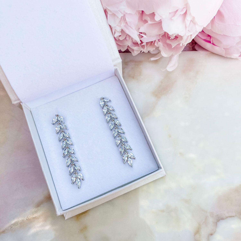 Elegante lange sparkle oorbellen in een sieradendoosje