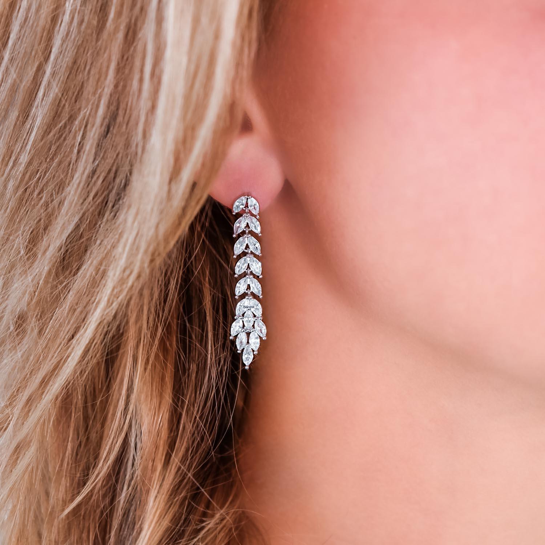 Oorbellen voor bruid in oor bij vrouw