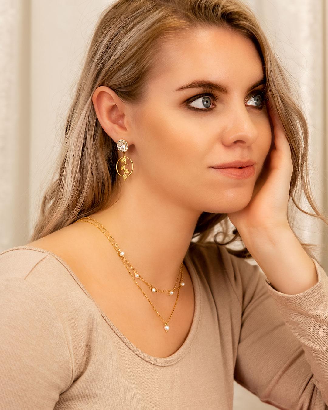 Minimalistische parel ketting om hals bij vrouw