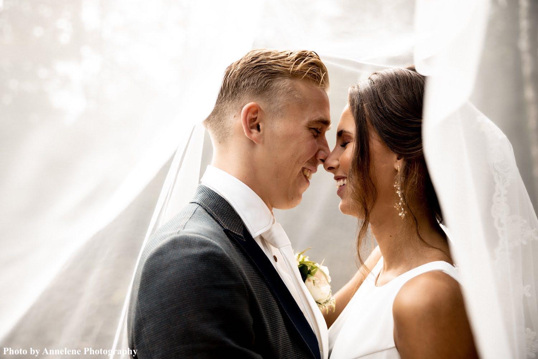 Bruid draagt bohemian oorbellen van drks