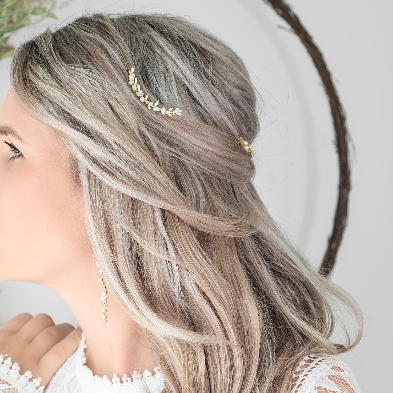 Bruid draagt mooie haarpin met parels in het haar