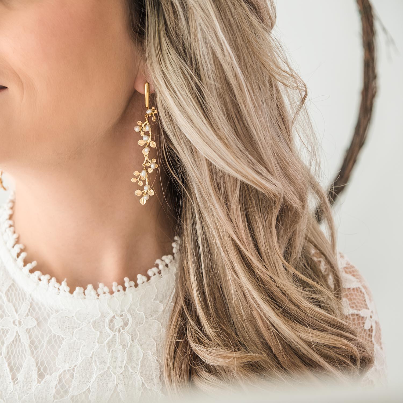 Mooie gouden oorbellen in een bohemian stijl voor de bruid