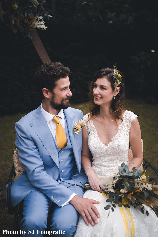 Bruid draagt gouden sieradenset