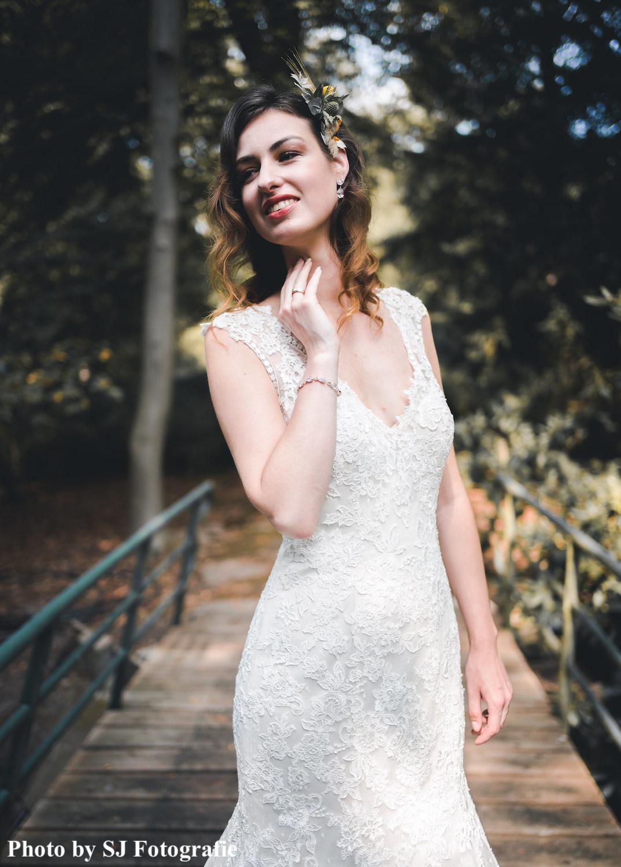 Bruid draagt gouden bruidsarmband met steentjes