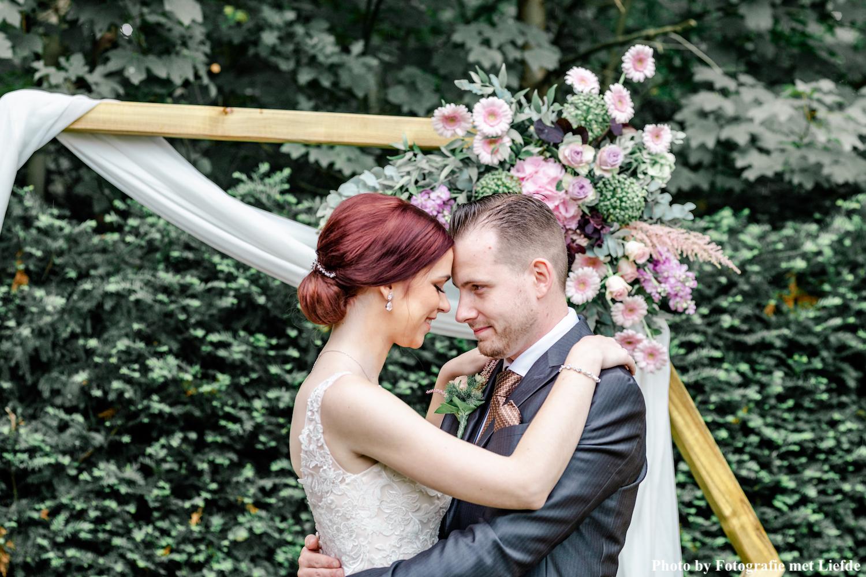 Vrouw draagt drks sieraden op bruiloft