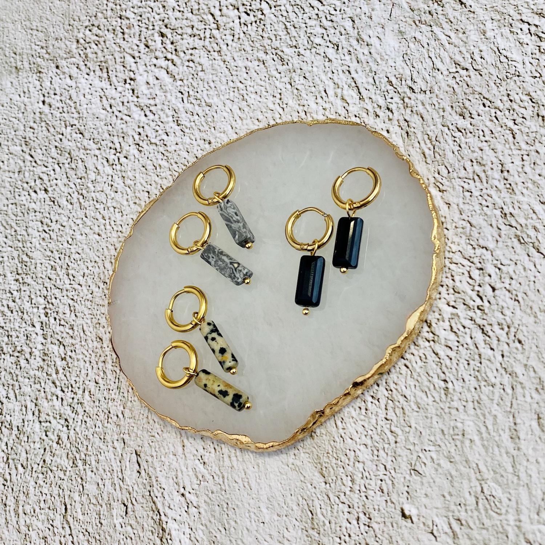 Mooie oorbellen met een steentje als hanger erbij