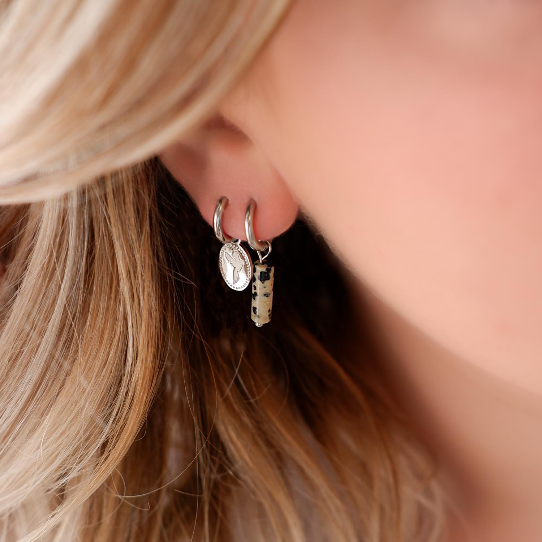 Trendy mix van oorbellen in het oor voor een mooie look
