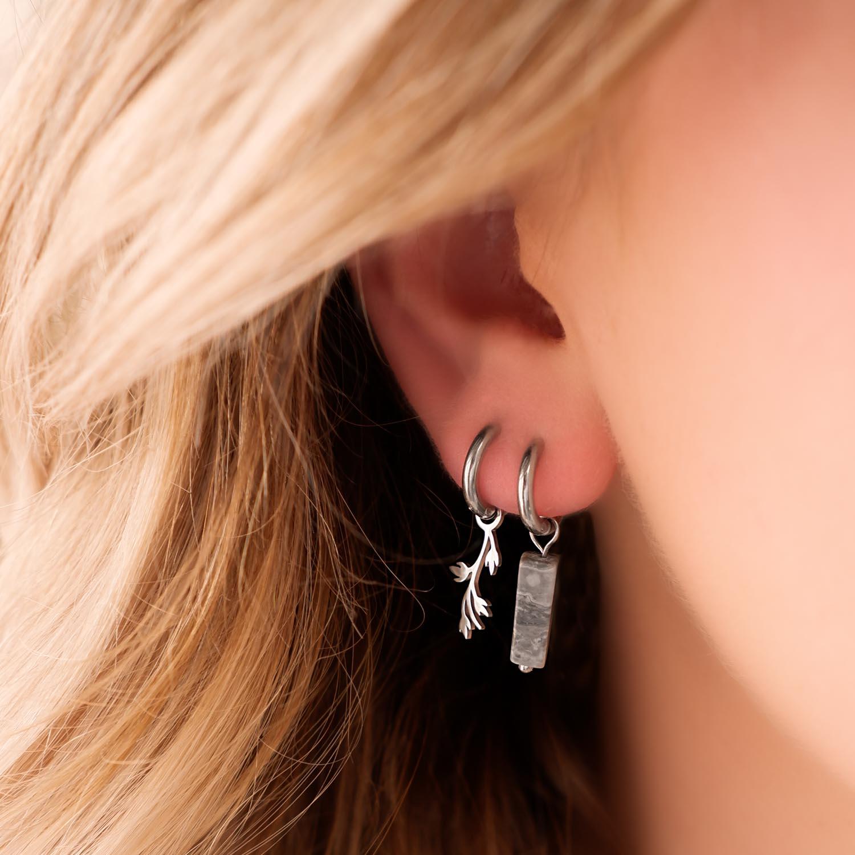 Trendy oorbellen met steen in het oor