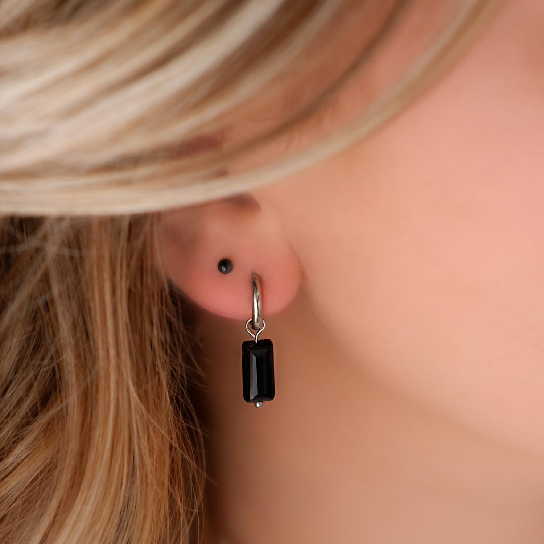 Trendy oorknopjes in het oor voor een mooie look