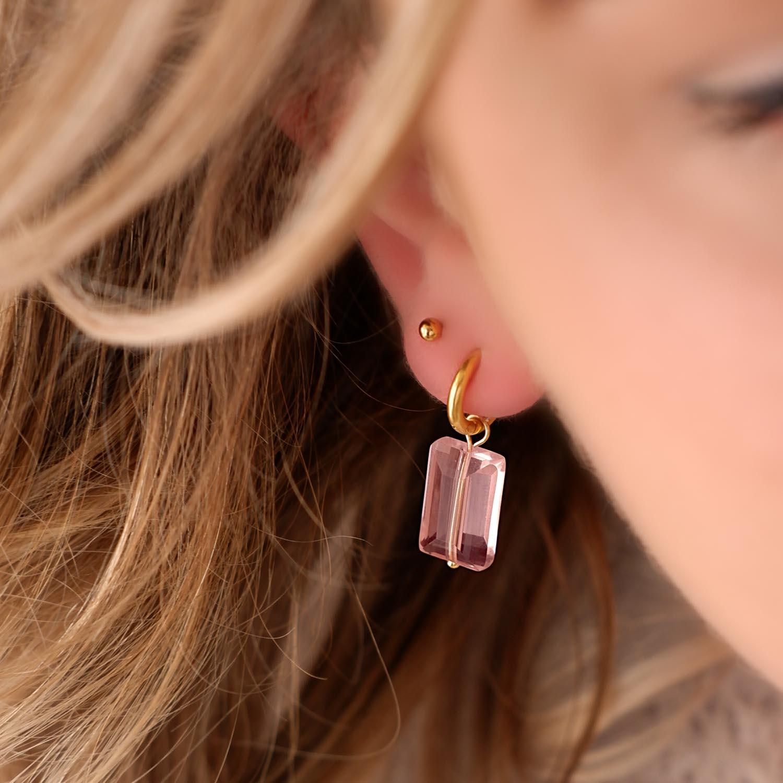 Oorbellen in het goud in het oor voor een mooie look