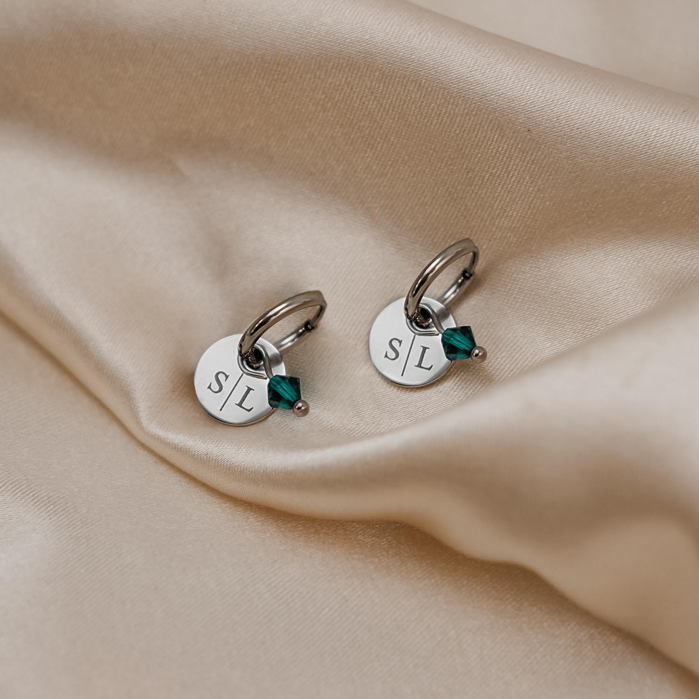 Zilveren swarovski geboortesteen oorbellen met naam op satijn