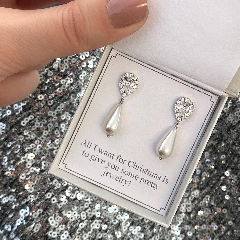 Zilveren faux pearl oorbellen in een sieradendoosje met tekst
