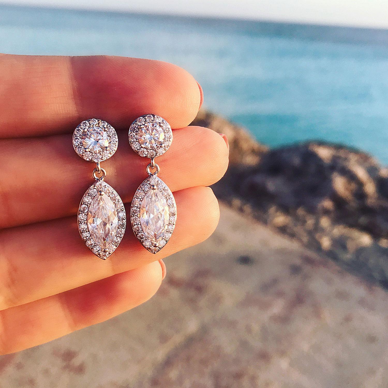 mooie druppelvormige oorbellen in de hand met steentjes