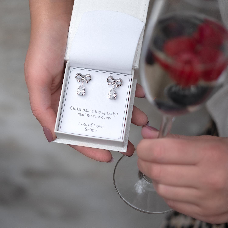 Leuke oorbellen in het zilver in een sieradendoosje met sparkle