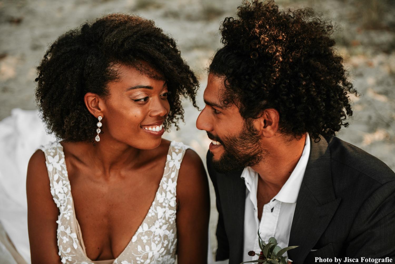 Bruid draagt rose gouden statement oorbellen