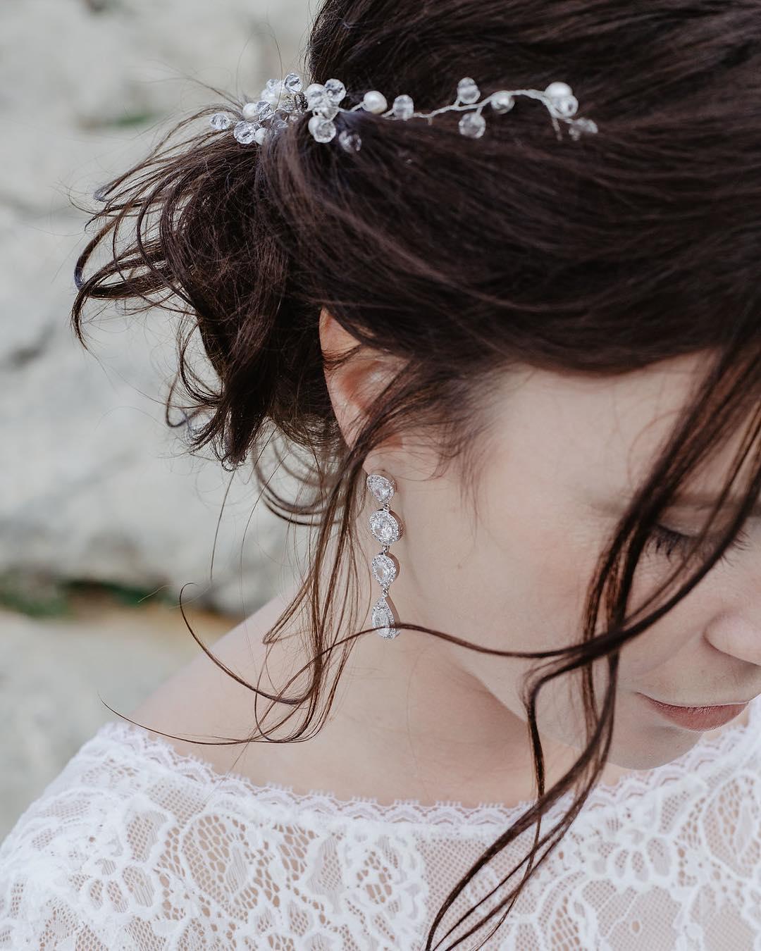 vrouw met haaraccesoire met parels en kristallen