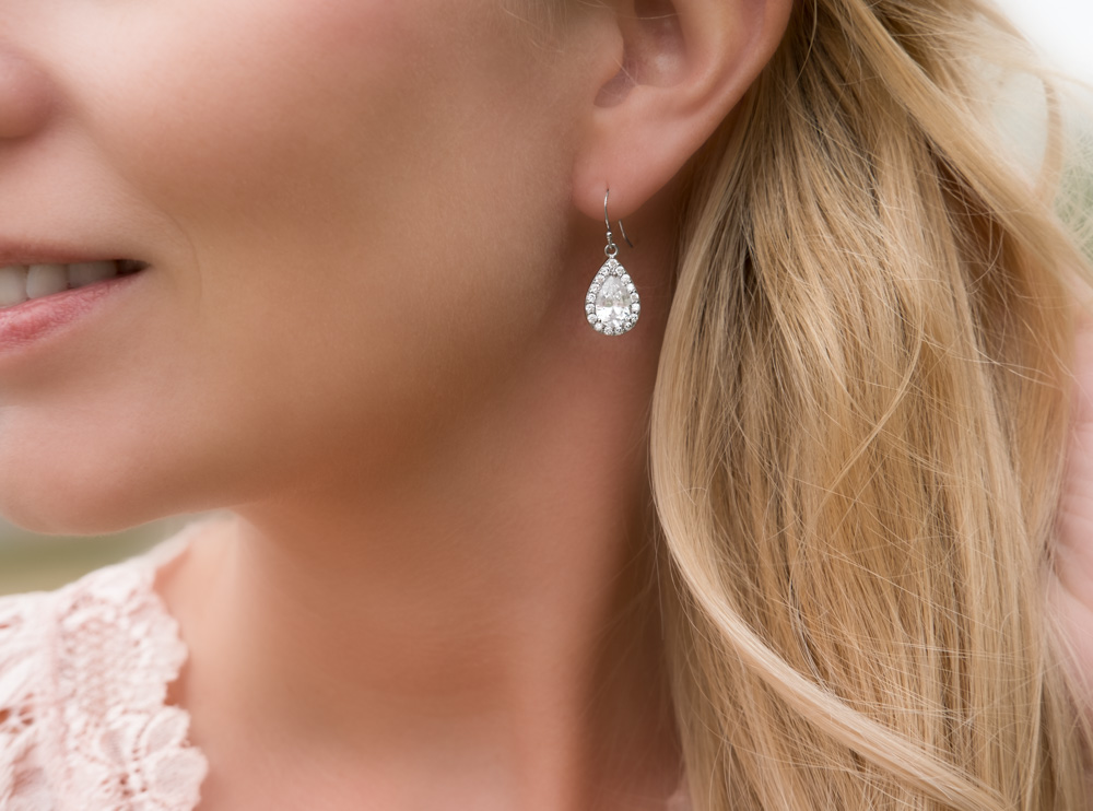 Mooie zilveren oorbellen in het oor voor complete look