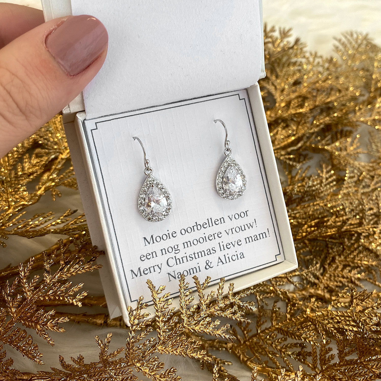 mooie oorbellen met hanger in een sieradendoosje met tekst