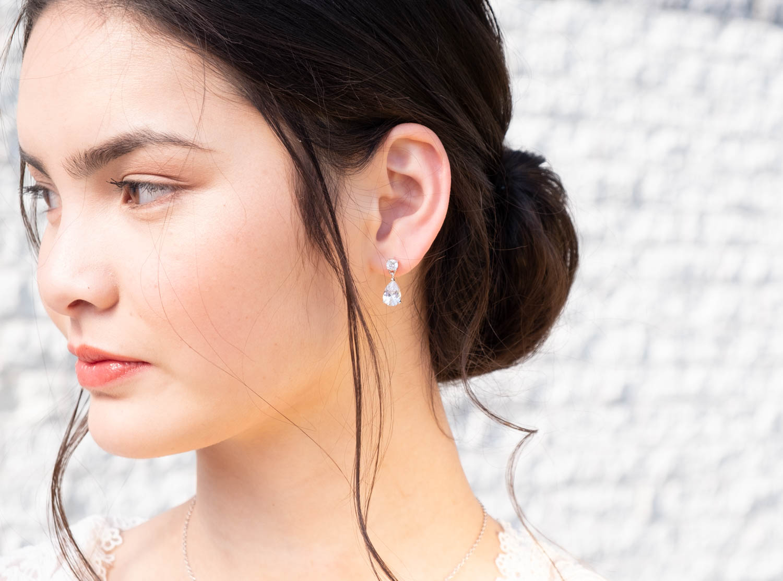 Subtiele bruidsoorbellen bij vrouw met donkere haren