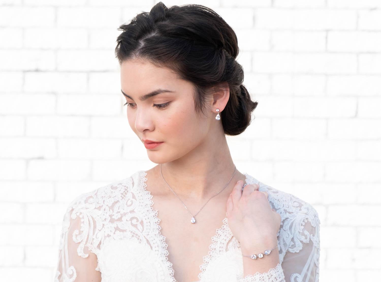 Vrouw draagt fijne sieraden set samen