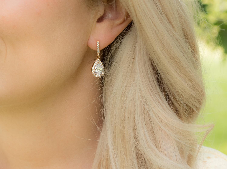 vrouw met rose gouden oorbellen van drks
