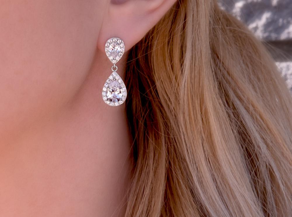 Vrouw draagt zilveren oorbellen party
