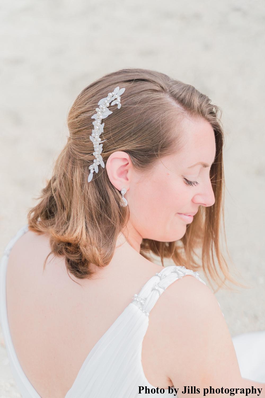 bruid met haaraccessoire en oorbellen van drks