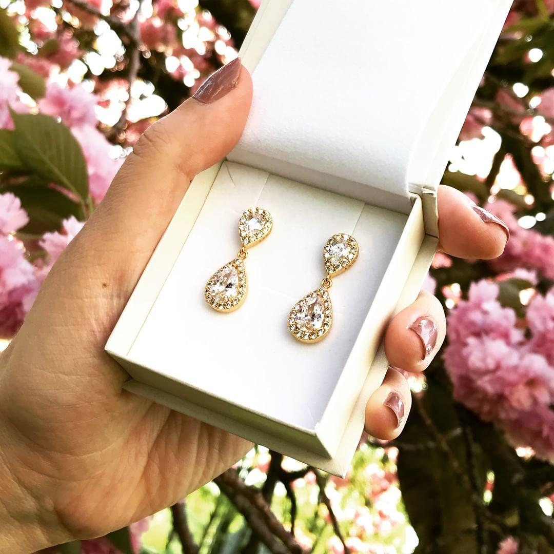 hangende gouden oorbellen met parels in een doosje