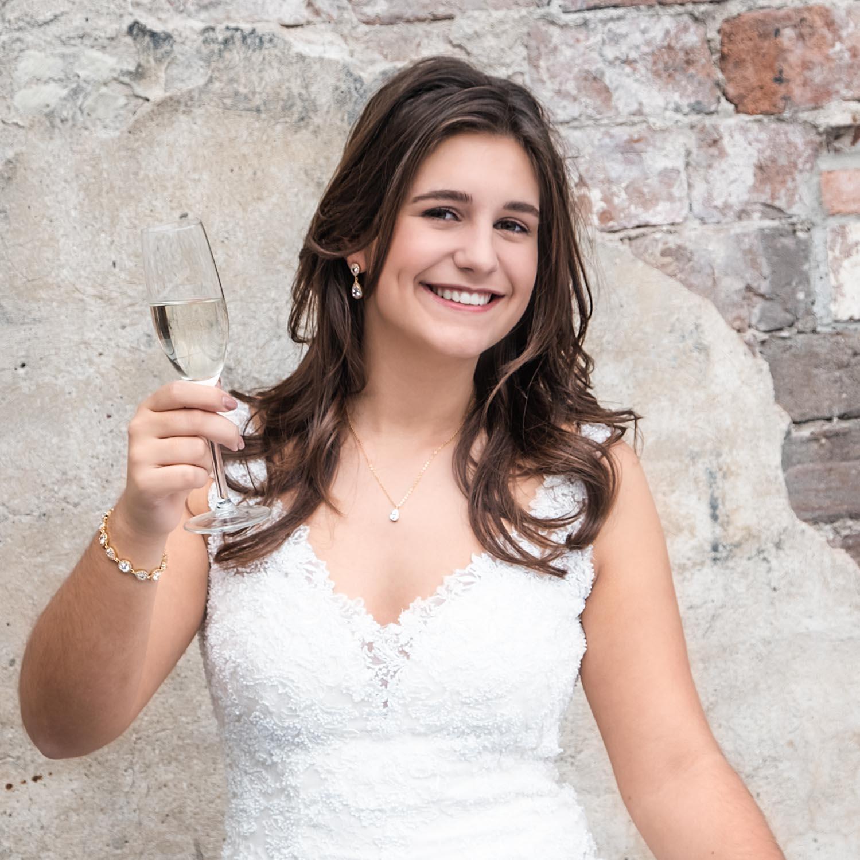 Bruid draagt een mooie sieradenset voor een complete look