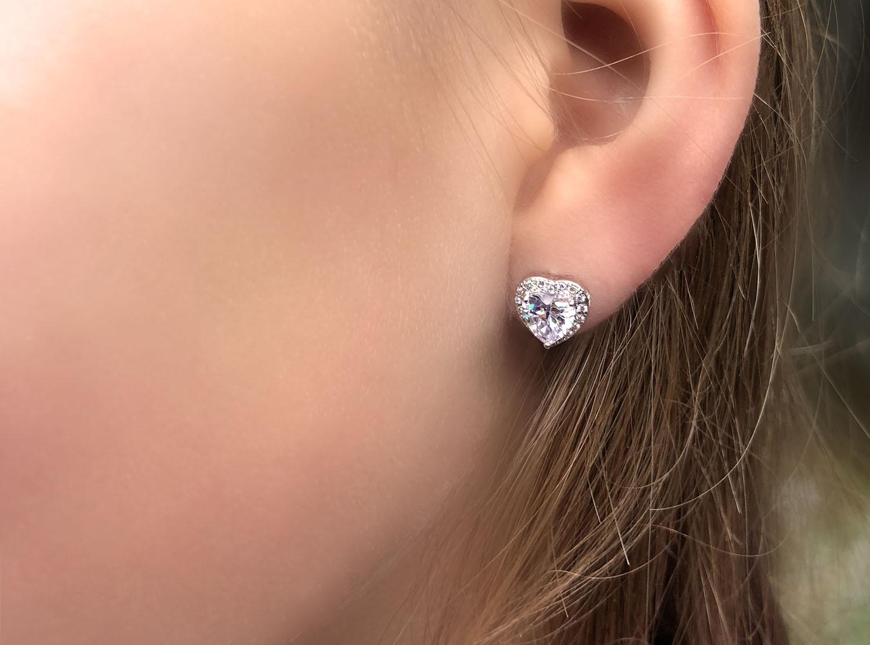 Hartjes oorbellen in het oor voor een leuke look