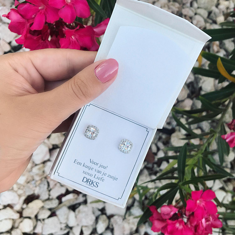 Mooie square oorbellen in een sieradendoosje met tekst