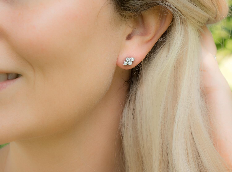 crystal elegance studs in oor bij blonde vrouw