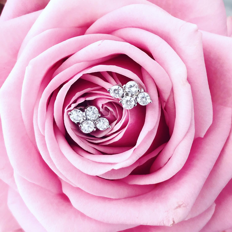 Studs oorbellen met roze bloemen