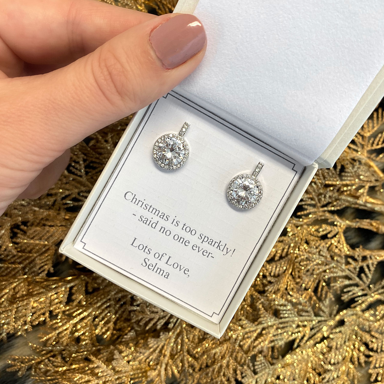 Zilveren oorbellen in een sieradendoosje met tekst