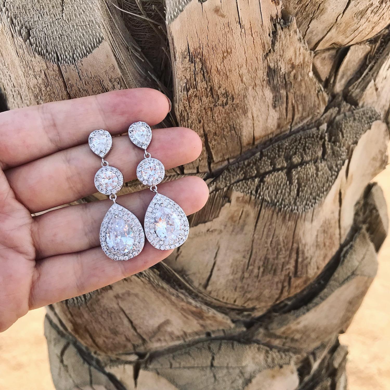 Mooie zilveren oorbellen voor de bruid voor een mooie look