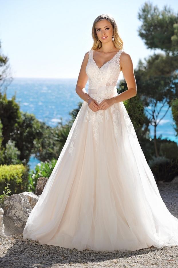 bruid draagt luxe bruidsoorbellen in zilver