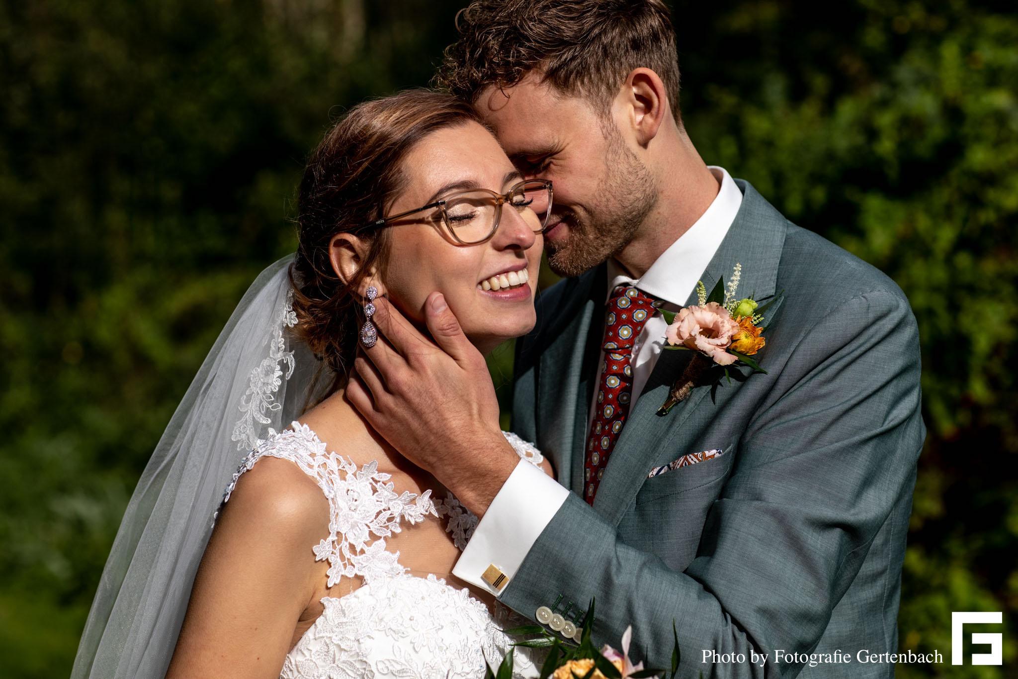 Prachtige bruid met mooie oorbellen voor de trouwdag