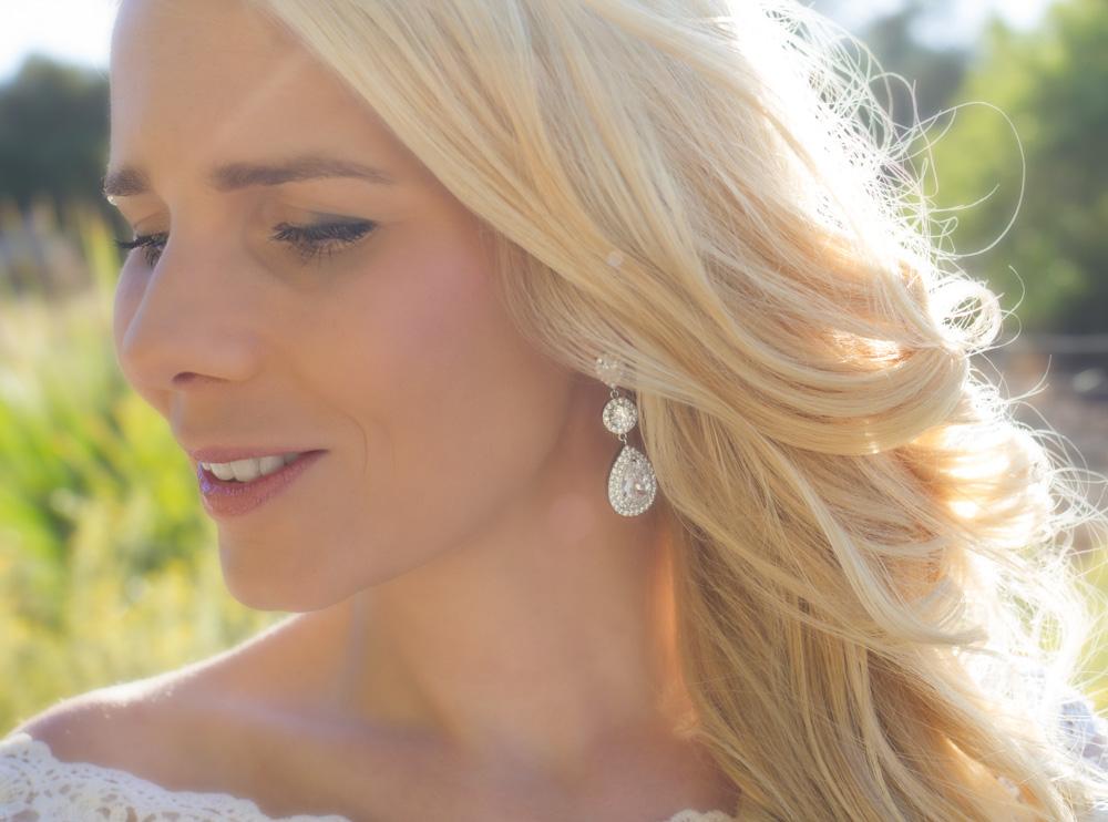 Blonde vrouw draagt mooie oorbellen met een grote statement look