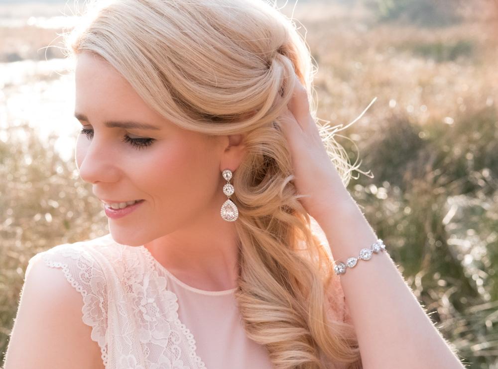 Mooie oorbellen in het oor voor een trouwdag